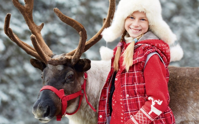 Kind In Roter Jacke Mit Einem Rentier