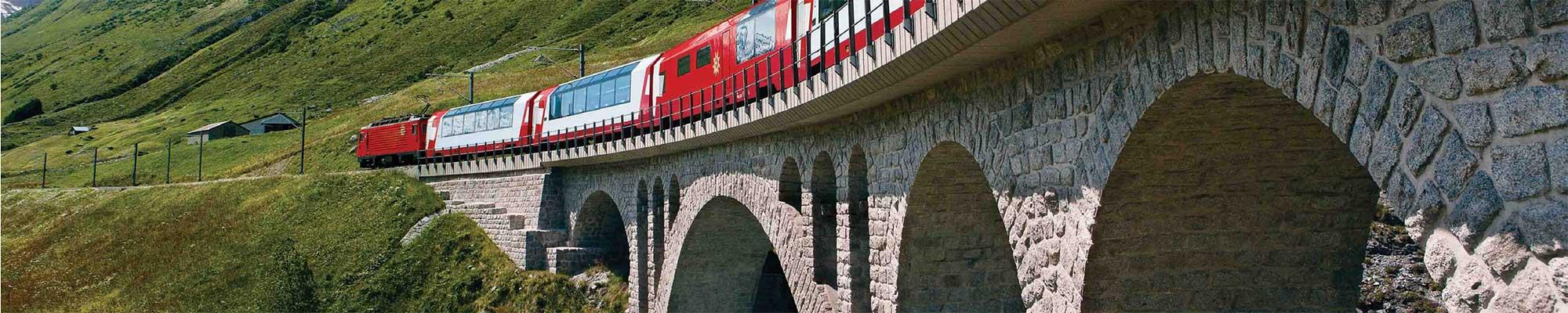 Panoramawagen fährt über Viadukt