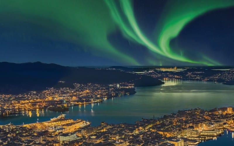 Grüne Polarlichter über Bergen