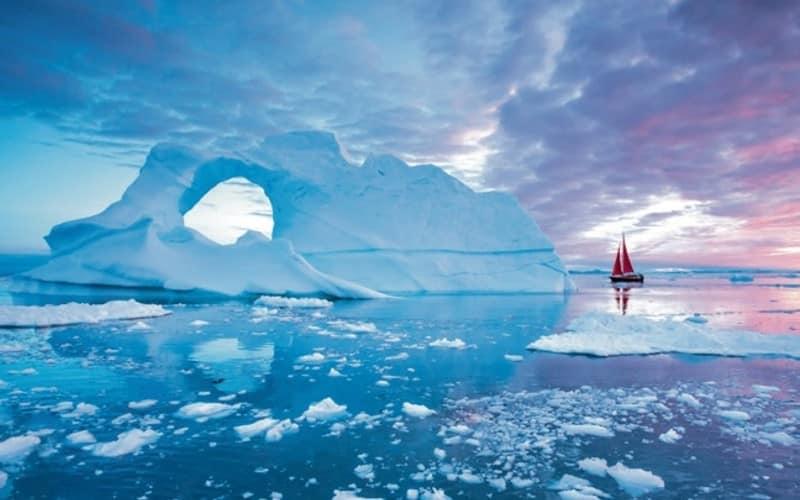 Segelboot Bei Dämmerung Neben Einem Eisberg
