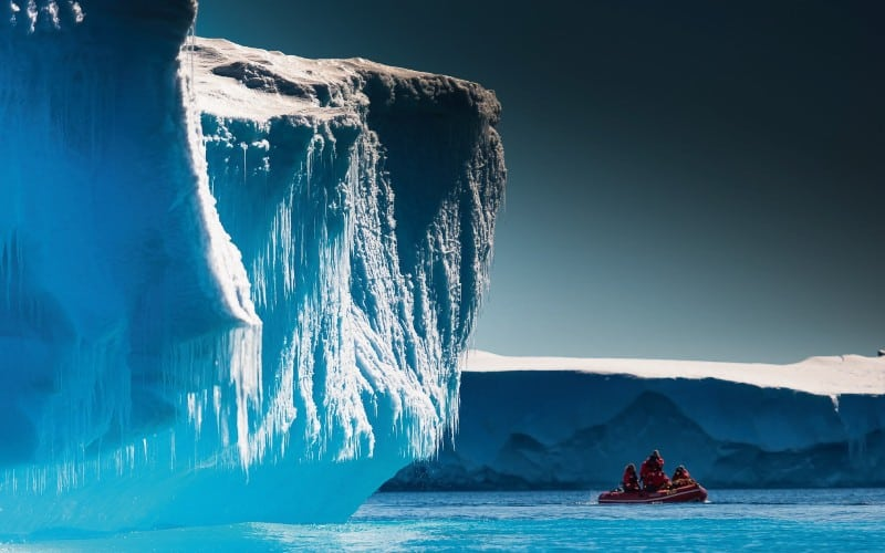 Kleines Rotes Gummibot Zwischen Eisbergen