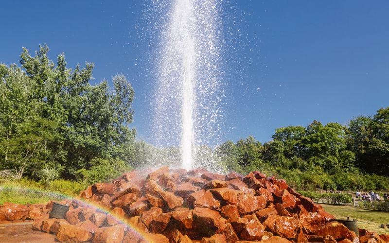 Geysir Von Andernach. Wasserfontäne, Welche Aus Dem Boden Spritzt