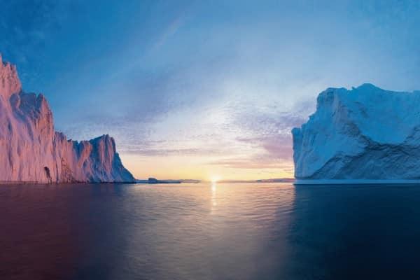 Sonnenuntergang zwischen zwei Eisbergen