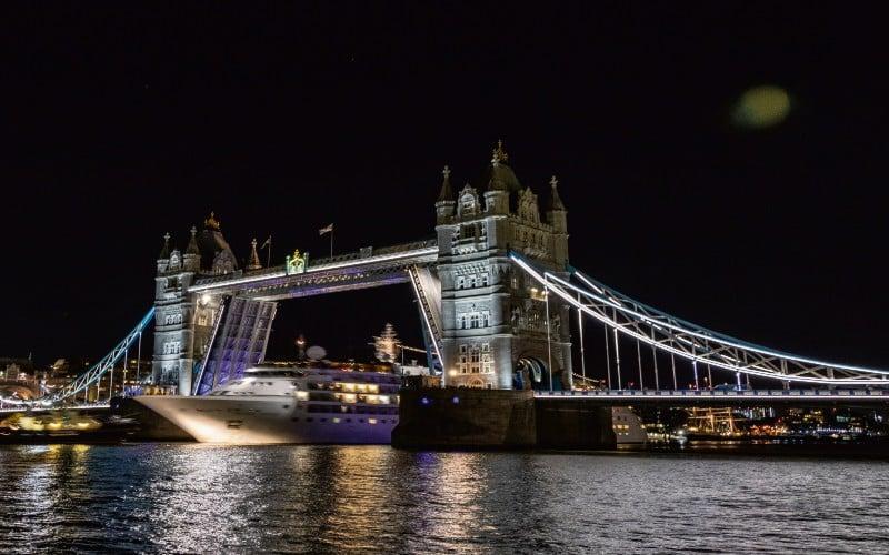 Durchfahrt Der London Tower Bridge Bei Nacht
