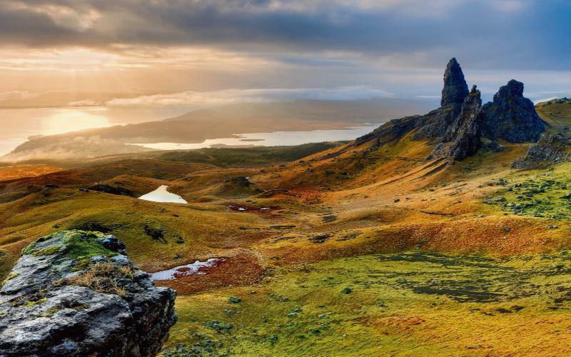 Isle Of Skye Mit Farbigen Wiesen Und Regnerischen Stimmung