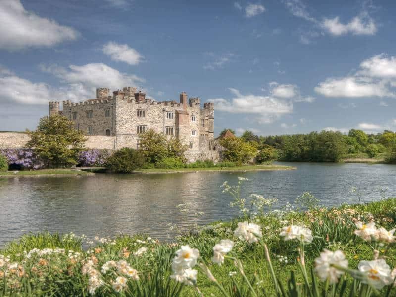 Burg neben einem Fluss und grünen Wiesen in Kent