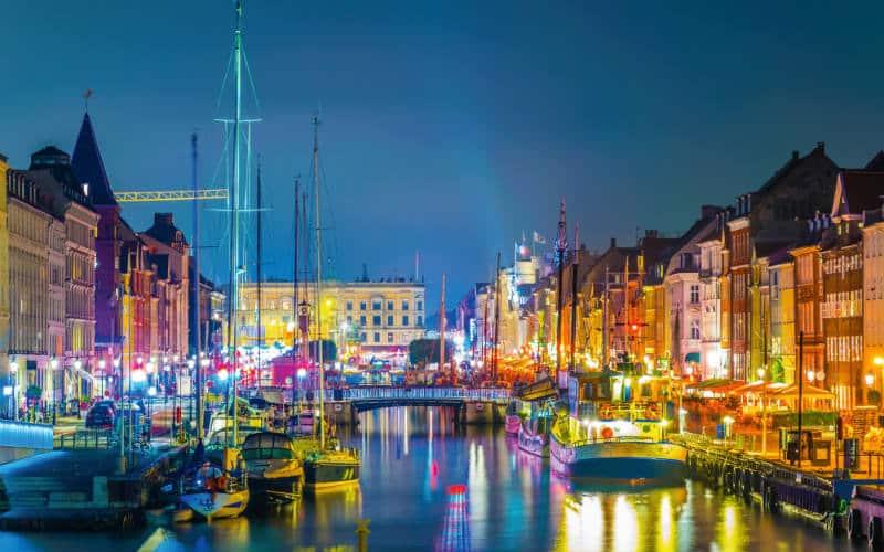Grachte Mit Schiffen In Kopenhagen Bei Nacht
