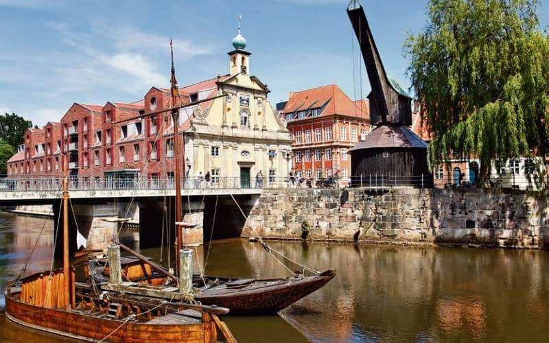Stadt Lüneburg Mit Fluss, Segelschiffen Und Alten Häusern