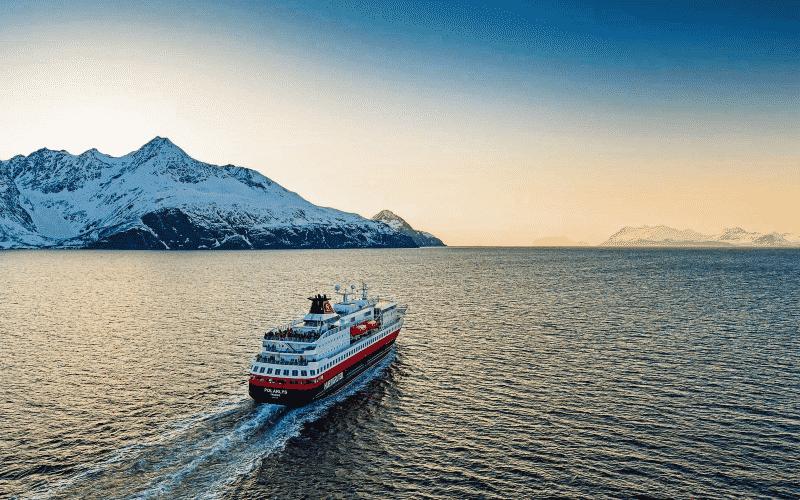 Expeditionsschiff Bei Der Dämmerung Neben Schneebedeckten Bergen