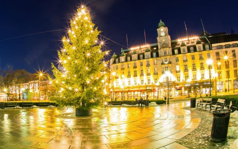 Leuchtender Weihnachtsbaum Vor