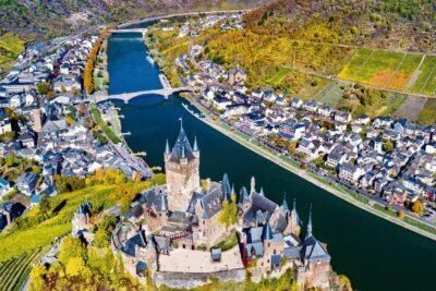 Die Stadt Reichsburg Von Oben, Durchquert Vom Fluss Mosel