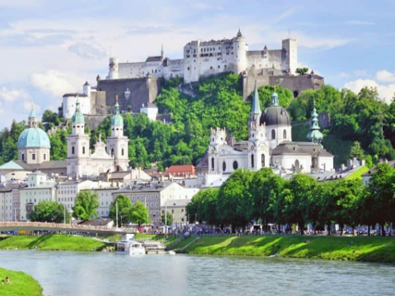 Schloss Salzburg mit Fluss