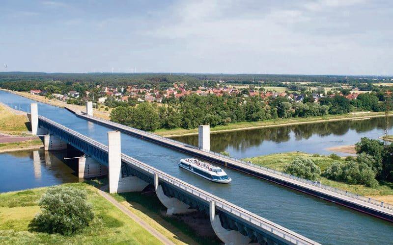 Wasserstrassenkreuz Mit Einem Schiffe