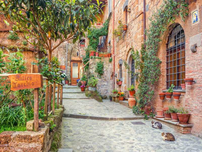 Kleine Gasse zwischen Backsteinhäusern in der Toskana