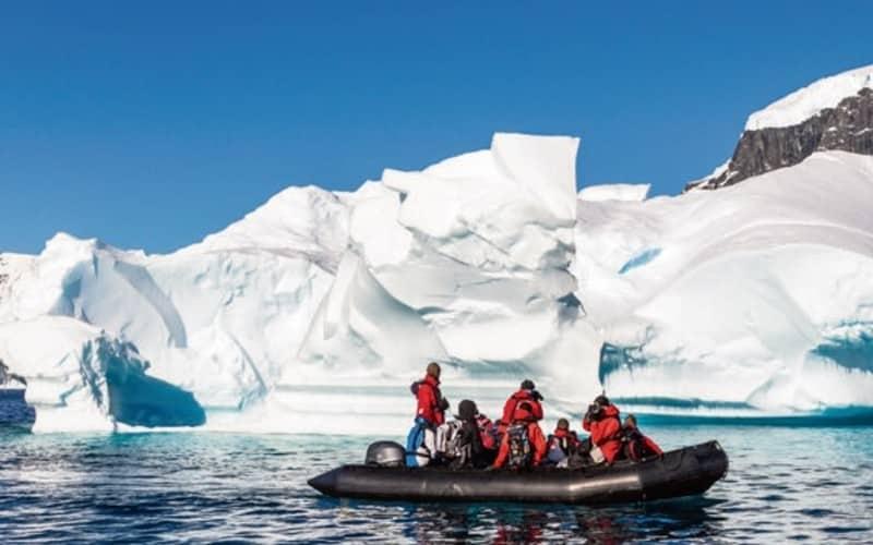 Kleines Gummiboot Mit Leuten Zwischen Eisbergen