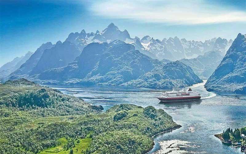 Kreuzfahrschiff In Meerenge Zwischen Bergen In Den Lofoten