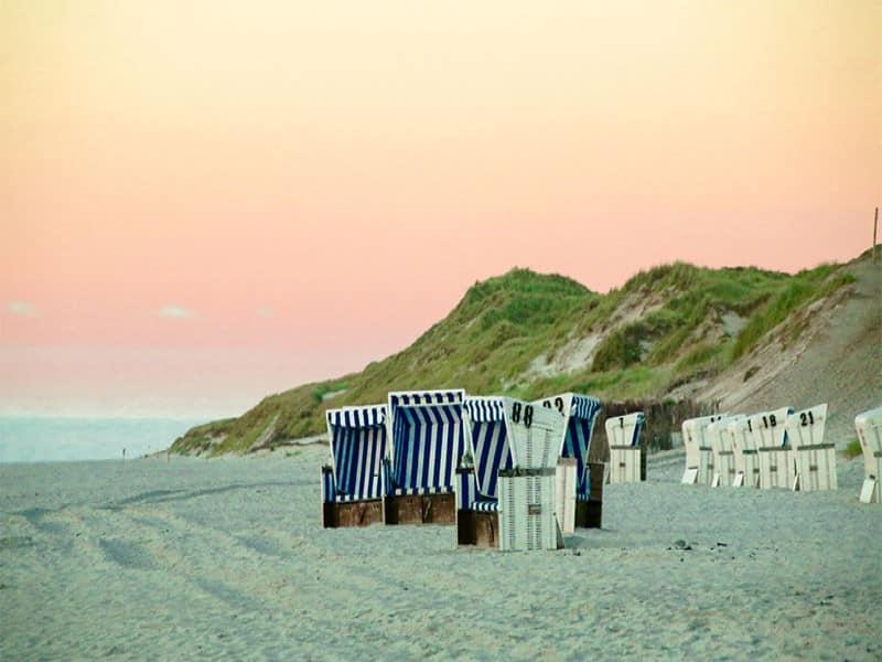 Strandkörbe bei Sonnenuntergang in der Nordsee